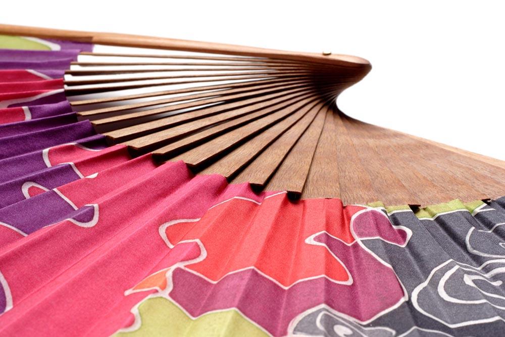 abanico español de madera y tela de seda natural pintado a mano